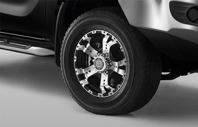 """<img src=""""17-Inch 5-Spoke Alloy Wheel"""