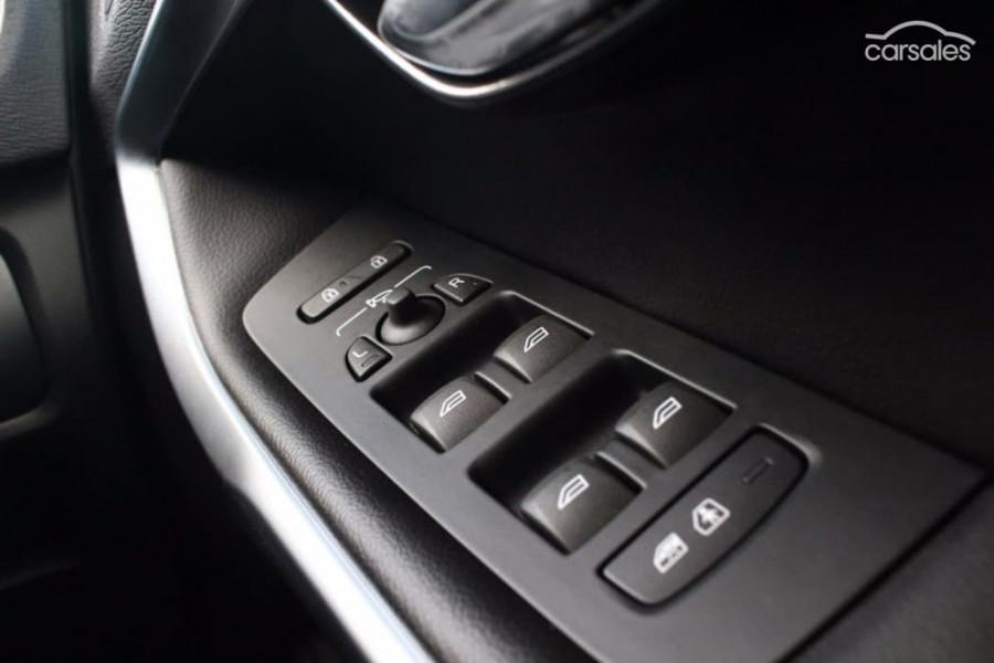 2017 Volvo V40 M Series T4 Inscription Sedan