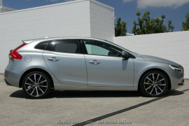 2017 MY18 Volvo V40 M Series D2 Adap Geartronic Momentum Hatchback