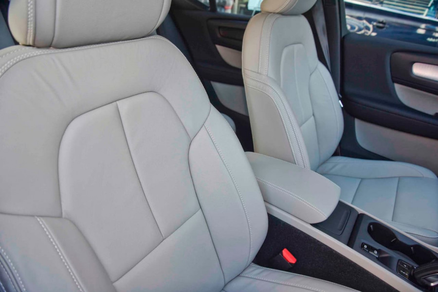 2019 Volvo XC40 T4 Momentum Suv Mobile Image 8