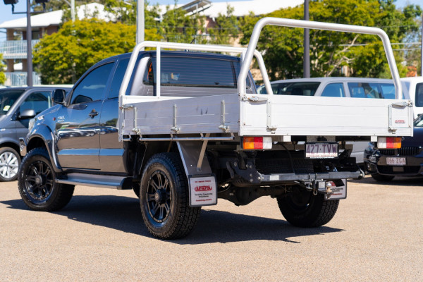 2014 Toyota HiLux Cab chassis Image 2