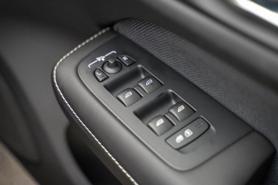 2020 Volvo S60 Z Series T8 R-Design Sedan Image 17
