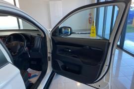 2018 MY19 Mitsubishi Outlander ZL MY19 ES Suv Image 5