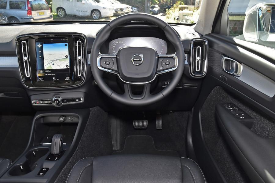 2019 Volvo XC40 XZ T4 Momentum Suv Mobile Image 3