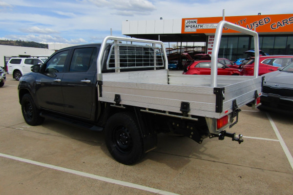 2017 Toyota HiLux SR 4x4 Double-Cab Cab-Chassis Utility Image 5