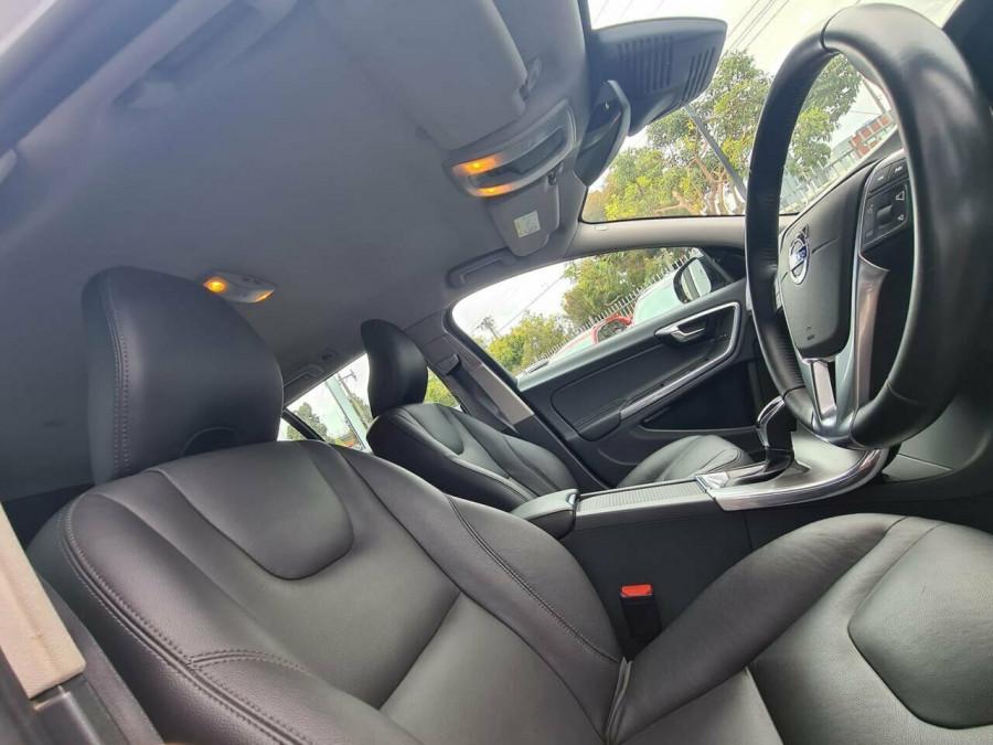 2016 Volvo V60 CC D4 LUX Wagon Image 13