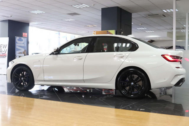 2019 BMW 3 Series G20 330e M Sport Sedan Image 3