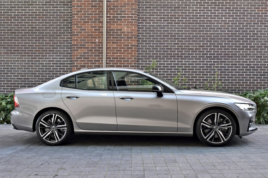 2020 Volvo S60 Z Series T5 R-Design Sedan Mobile Image 4