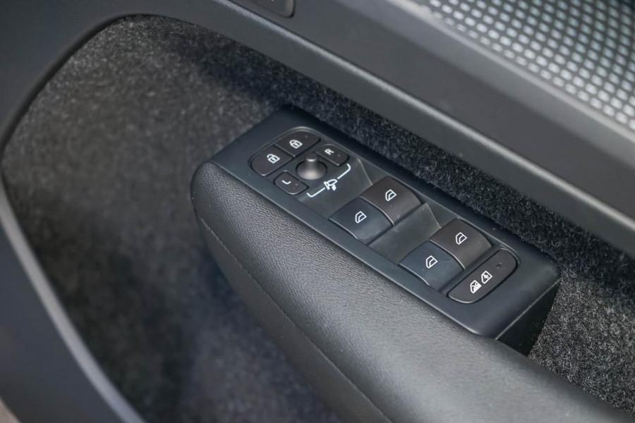 2019 Volvo XC40 XZ T5 R-Design Suv Mobile Image 18