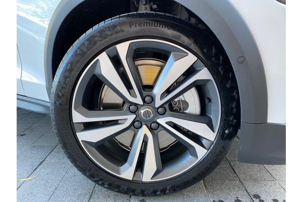 2022 MYon Volvo V60 B5 Cross Country Wagon Image 2