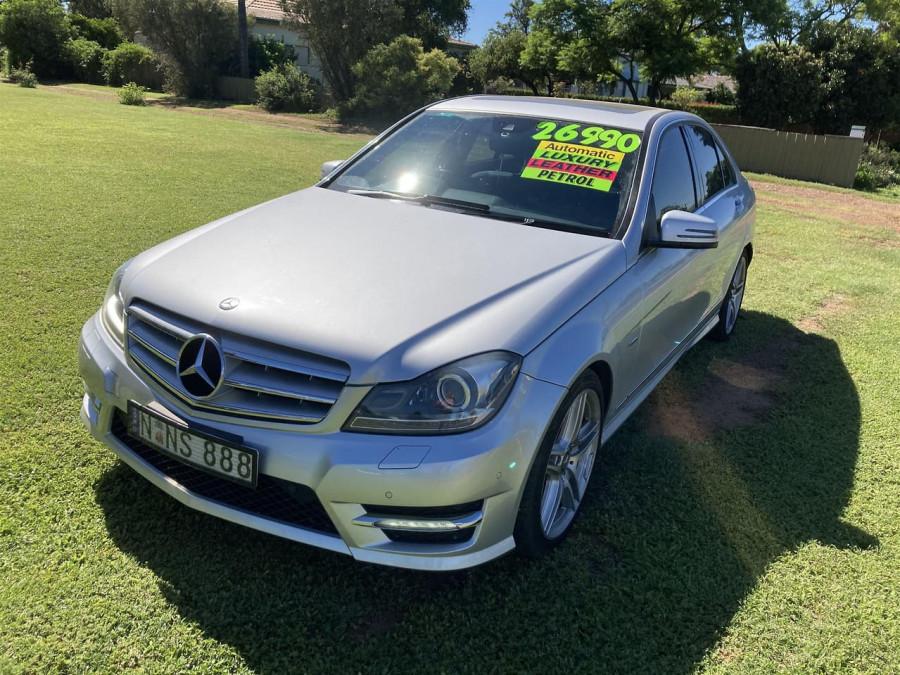 2011 Mercedes-Benz C-class W204 C300 BlueEFFICIENCY Sedan Image 3