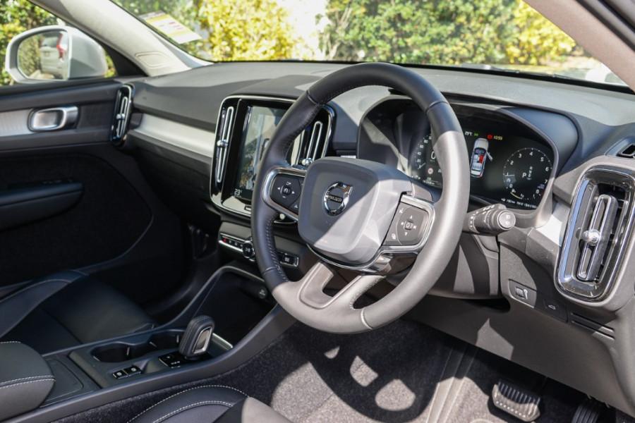 2019 Volvo XC40 XZ T4 Momentum Suv Mobile Image 6