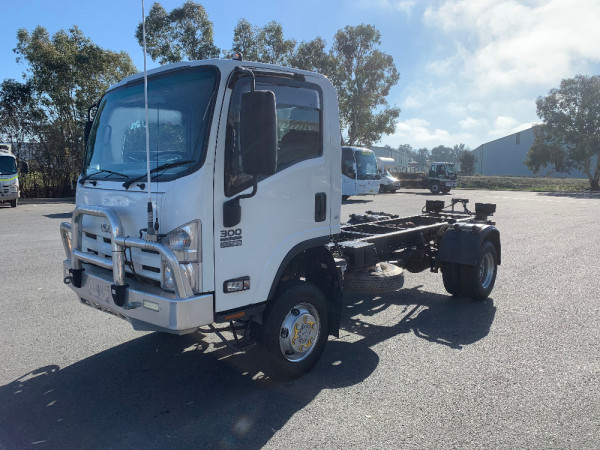 2014 Isuzu N Series NH NPS Cab chassis Image 3