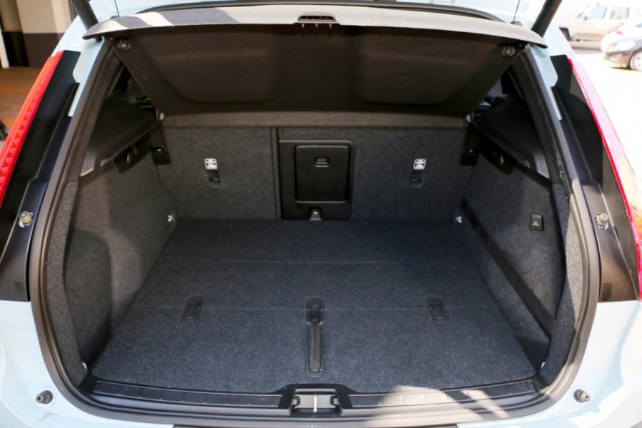2019 Volvo XC40 XZ T4 Momentum Suv Mobile Image 8