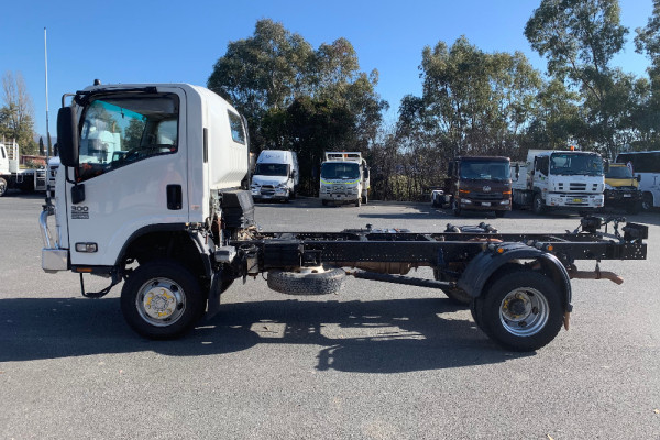 2014 Isuzu N Series NH NPS Cab chassis Image 4
