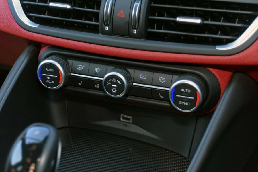 2017 Alfa Romeo Giulia Quadrifoglio Sedan Mobile Image 11