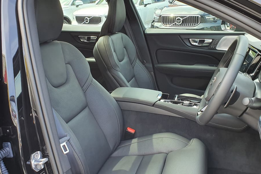 2020 Volvo S60 Z Series T8 R-Design Sedan Mobile Image 17