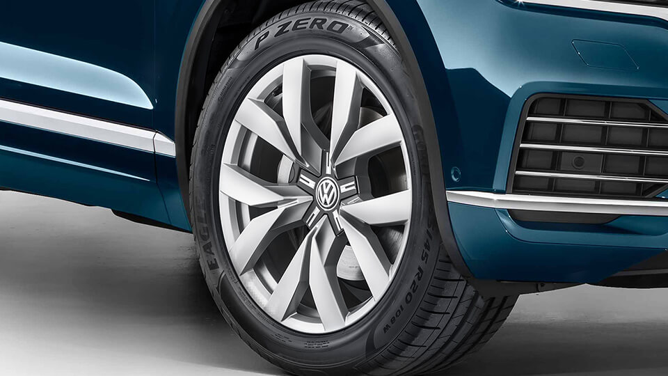 20-inch Montero alloy wheels Image