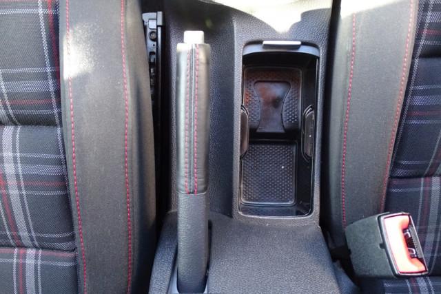 2010 Volkswagen Golf GTI 18 of 24