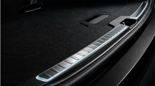 Illuminated tailgate scuff plate
