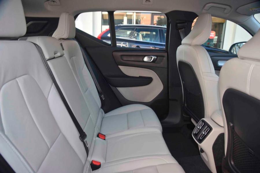 2019 Volvo XC40 T4 Momentum Suv Mobile Image 9