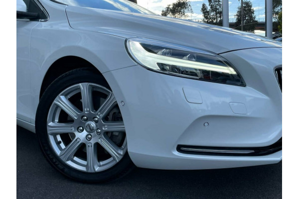 2016 MY17 Volvo V40 M Series MY17 T4 Adap Geartronic Inscription Hatchback Image 2