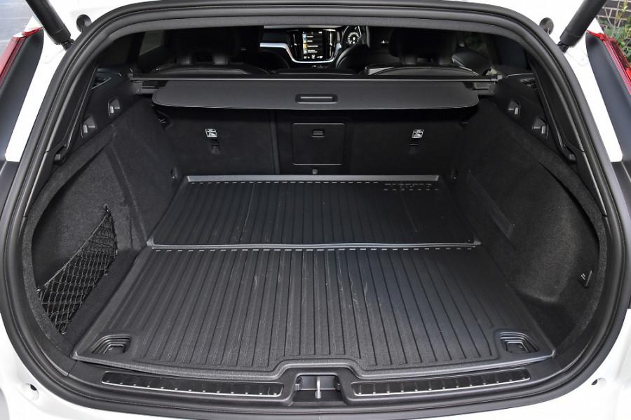 2020 Volvo V60 T5 R-Design T5 R-Design Wagon Mobile Image 11