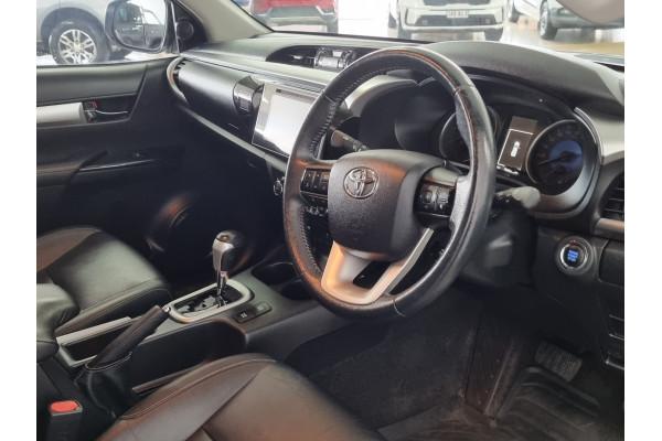 2016 Toyota HiLux SR5 4x4 Double-Cab Pick-Up Utility Image 5