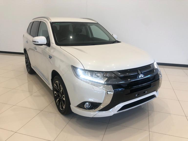 2017 Mitsubishi Outlander ZK PHEV LS Awd wagon Image 1